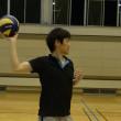 ボールを投げる方の肩を後方に引きます。