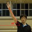 肩の力を入れず右上60度ぐらいに自然に腕を伸ばし、わずかにヒジを曲げる