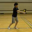 こぶしがボールに当たるようにしっかりとボールを見る