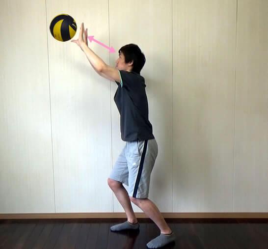 額の斜め前上でボールをキャッチする
