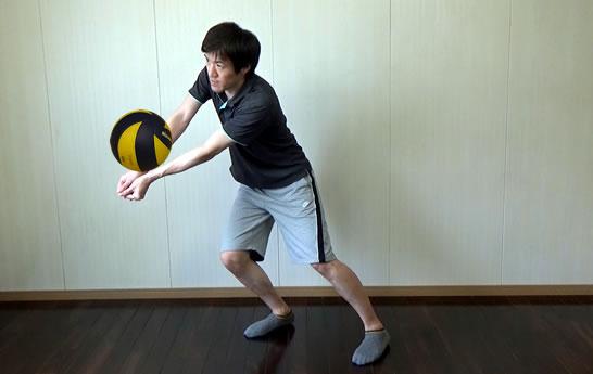 ボールが上がった直後は腕を振らないように注意