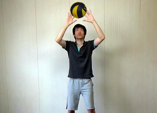 指を開いてボールの中心でとらえます
